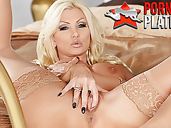 Pornstar MILF Brittany Andrews fingers will not hear of shaved pussy